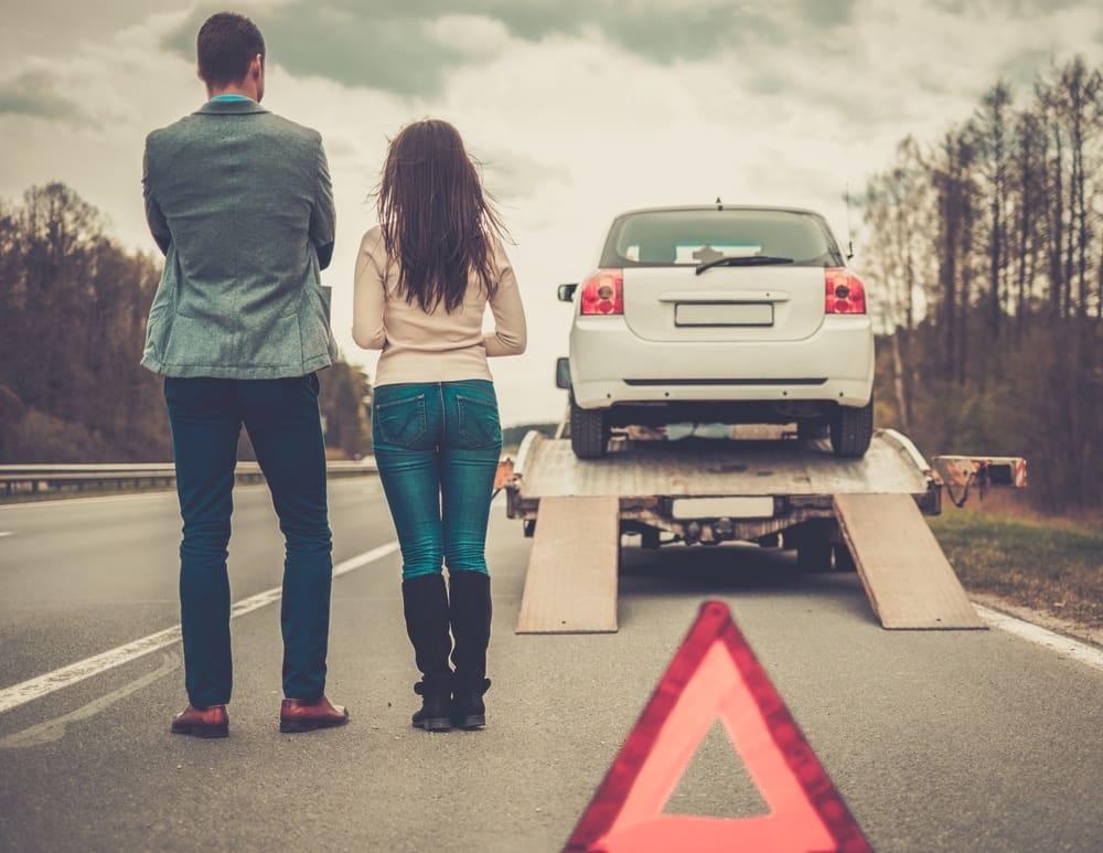 młoda para dzięki ubezpieczeniu  odholowuje samochód